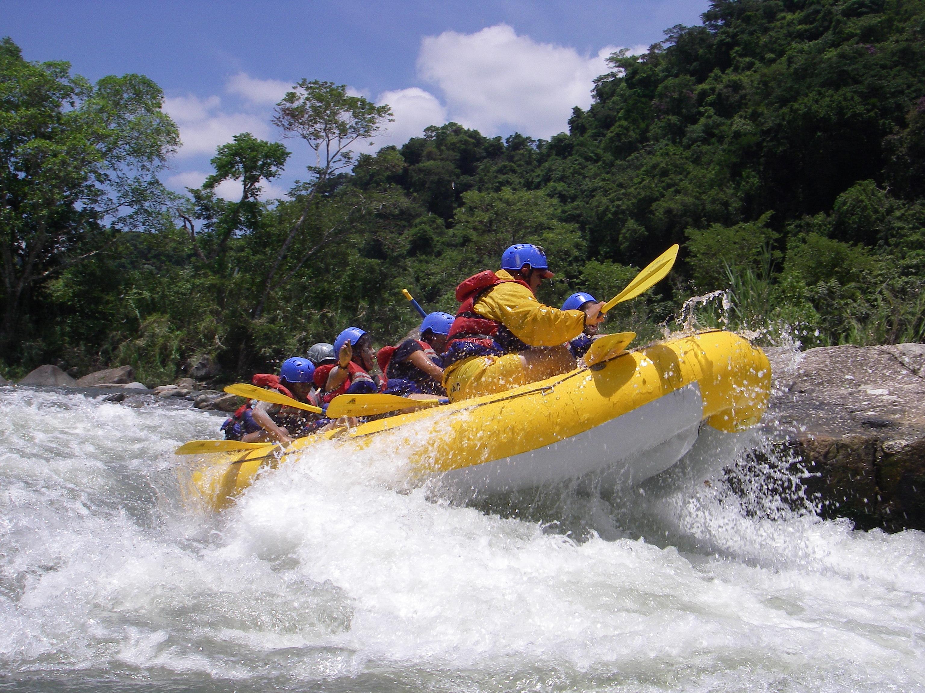 Personas haciendo rafting en el río Filobobos